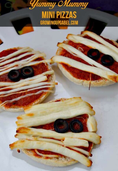 Need a fun Halloween recipe? Make these easy mini mummy pizzas! Perfect for filling tummies before trick or treating.