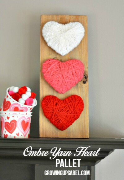 Miss the Christmas decorations? Make this easy heart wood pallet craft! Yarn, cardboard and a wood pallet are all you need to make this easy craft. It's great to make with kids, too!