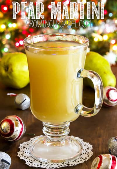 Make a pear martini with only 3 ingredients: vodka, white wine and pear juice. This easy cocktail is perfect for Christmas and New Years!